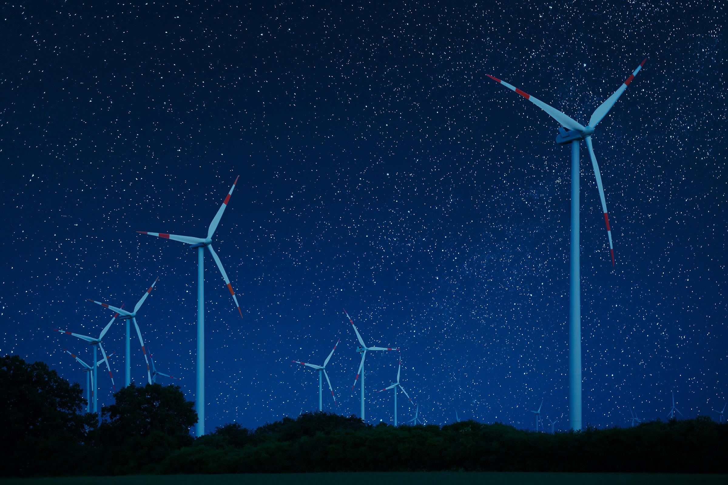 Energiequelle mit Zukunft - Windkraftanlagen bei Nacht